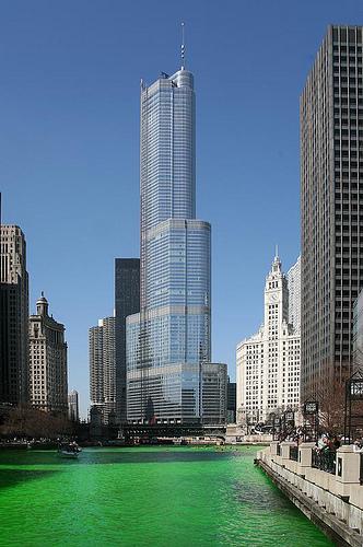 Der Chicago River ganz in grün am St. Patrick's Day